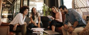 equipe de trabalho reunida conversando ao redor de uma mesa. imagem principal do conteúdo sobre cultura de inovação