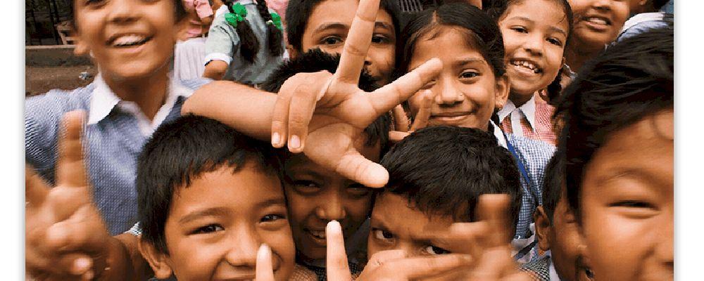 crianças reunidas e sorrindo para a câmera. ilustrativo do conteúdo sobre ideias de projetos sociais para empresas