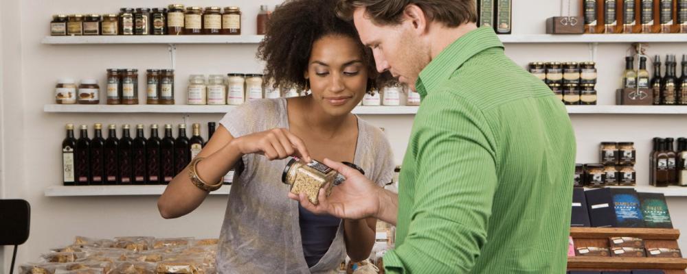 homem e mulher analisando um pote de tempero no ambiente de uma loja. imagem principal do conteúdo sobre ICP