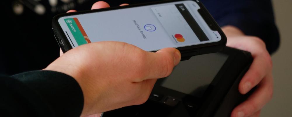pagamento via aproximação do celular. imagem ilustrativa do conteúdo sobre inovação disruptiva