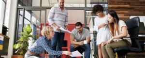 funcionários reunidos planejando estratégias para programa de intraempreendedorismo