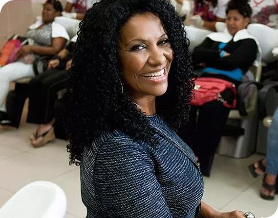 foto de Zica de Assis, co fundadora e sócia do instituto beleza natural. imagem ilustrativa dos cases do afroempreendedorismo
